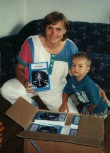La savante folle tenant fièrement son premier roman, Ithuriel en 2001