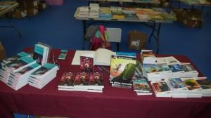 Une belle table de vente à l'école secondaire Le Sommet, à Halifax