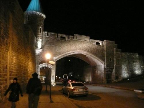 La porte St-Jean, avec la silhouette de Christ Oliver qui s'éloigne