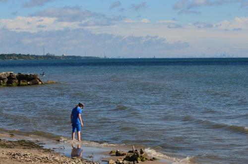 Trempage de pieds dans le lac Ontario, après une course à Oakvile