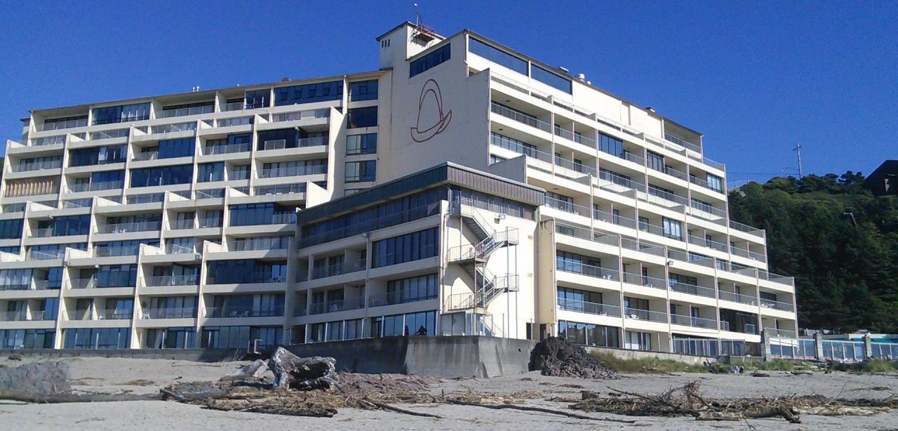 Comment l'hôtel épouse la falaise