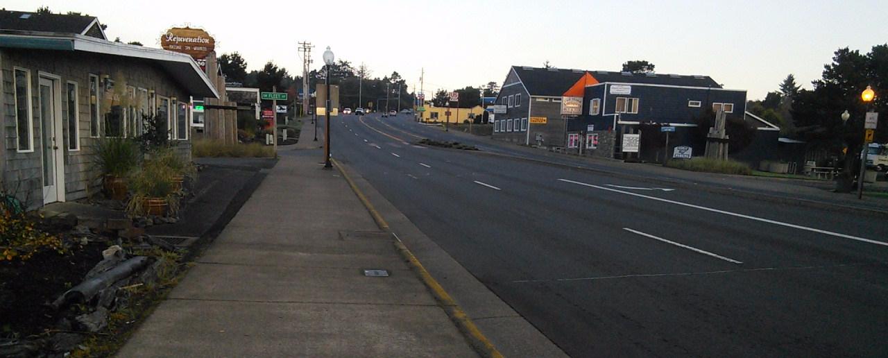 L'avenue principale = l'autoroute 101