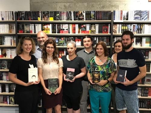 Photo des 5 finalistes et de trois membres du comité de sélection prise par Gilles Gagnon à la librairie de Verdun.