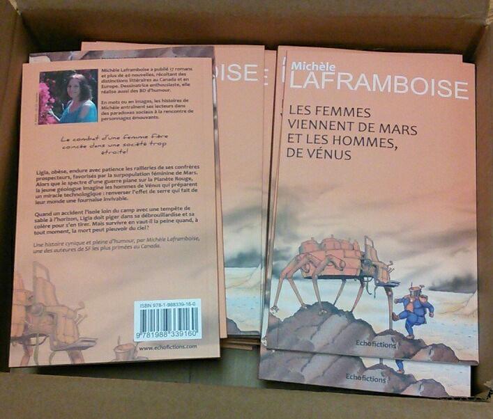 Tous beaux dans leur boîte, les exemplaires de ma comédie de SF ! Des livres minces car c'est une novella.
